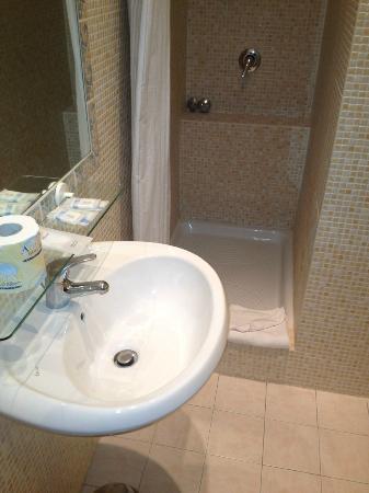 Villa Delle Rose Hotel: la doccia, funzionale e pulita
