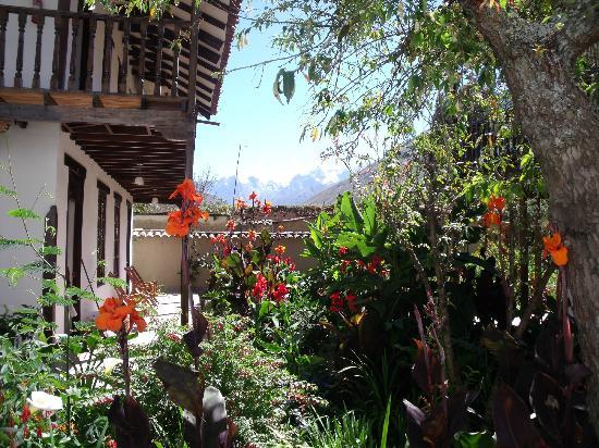 El Albergue Ollantaytambo: flowers everywhere 