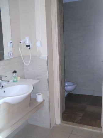 Ephesia Holiday Beach Club: salle de bain évier seul puis douche et wc dans le fond très petit!