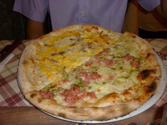 """Osteria Pizzeria Margherita: io e mia sorella ci siamo divisi le pizze, ed ecco la loro """"composizione"""": notate come sono ben"""