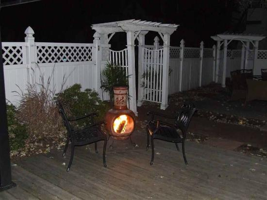 Vandiver Inn: Common area with chiminea with DuraFlame log burning