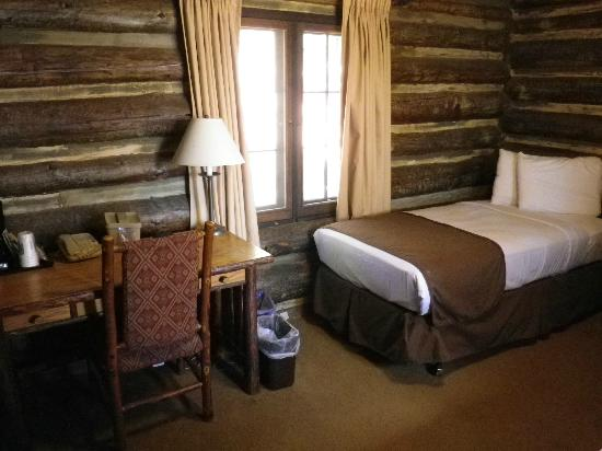 Grand Canyon Lodge - North Rim: Bett mit Schraubtisch.
