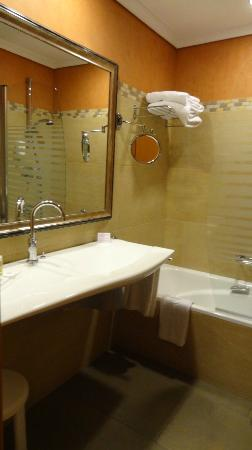 Hotel Becquer: Bathroom