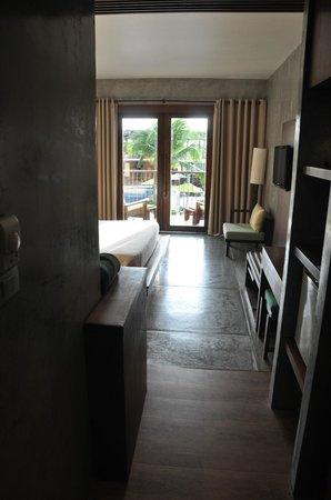 Holiday Inn Resort Krabi Ao Nang Beach: Habitación desde la puerta de entrada.