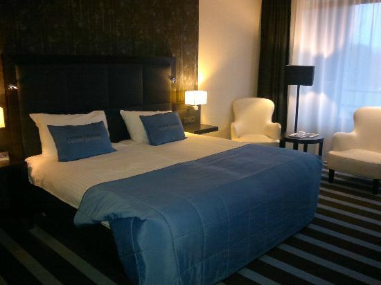 Sneek, The Netherlands: grosses Zimmer mit tollem Bett