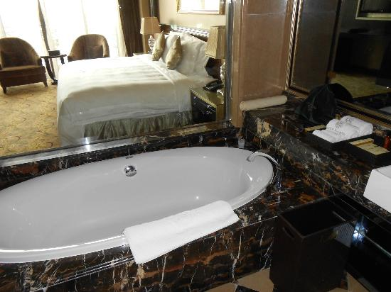 Chateau Star River Pudong Shanghai: Bathtub with room in the background