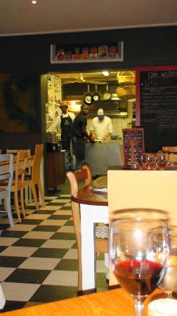 Cafe Des Arts: Blick in die offene Küche