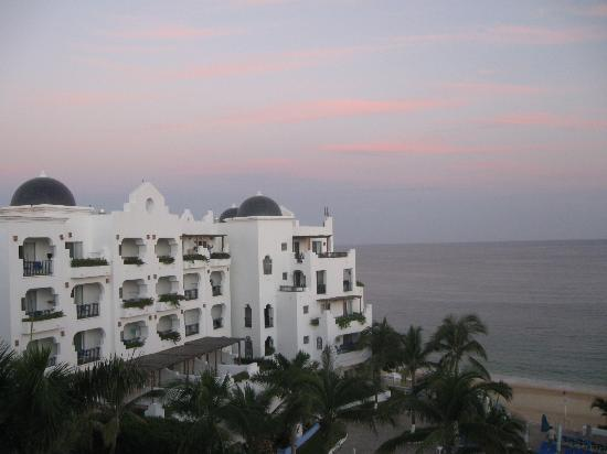 Pueblo Bonito Los Cabos Beach Resort: Fall sunrise, Palomas on 1st floor, low number suites above