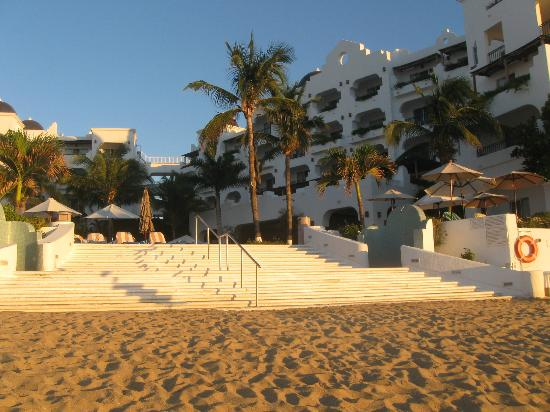 Pueblo Bonito Los Cabos Beach Resort: Steps up to the pool with beach showers