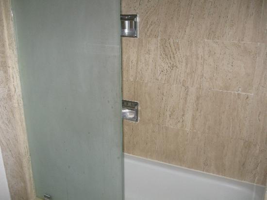 Pueblo Bonito Los Cabos: Half shower wall in updated suite