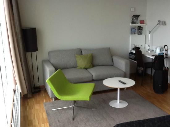 Scandic Hotel Opalen: Sofa corner of the spacious room