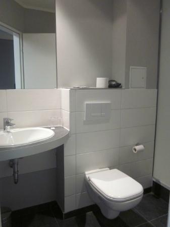 Hotel Arena Inn: spotless bathroom