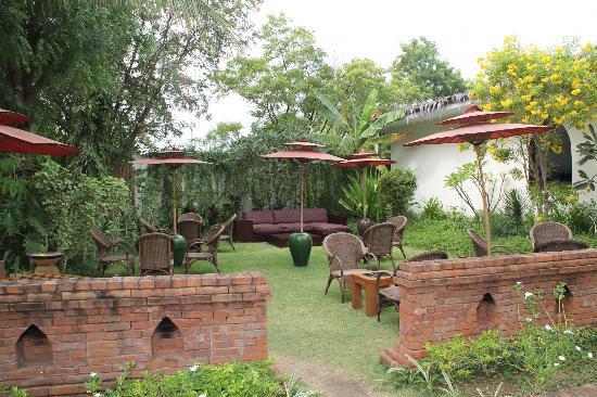 Blue Bird Hotel: Outdoor sitting areas