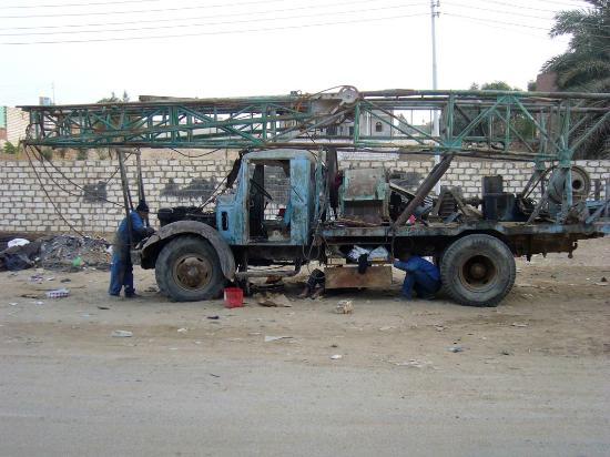 Old Bawiti: Bohrlaster, noch im Einsatz !