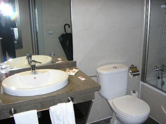 Hotel Vertice Sevilla Aljarafe: Baño habitación doble