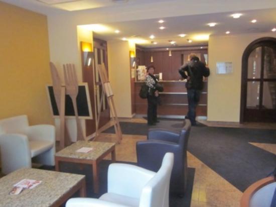 Maingau Hotel: Front Desk