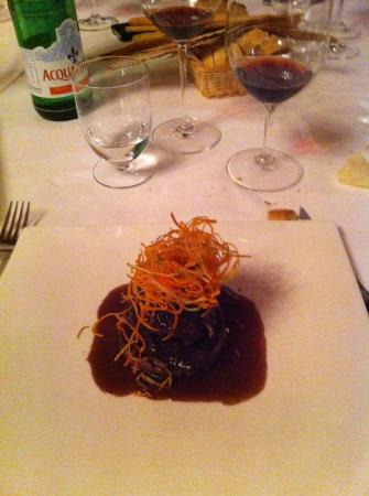 Lanterna Verde : veal cooked in red wine served on chestnut puree and fried julienne veggies