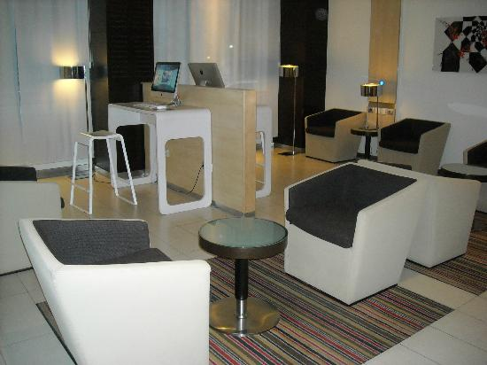 Novotel Athenes: Business corner at lobby.