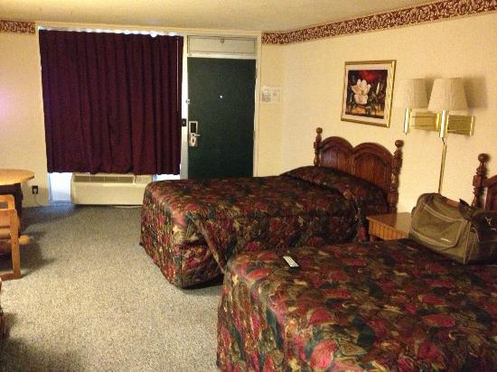 Econo Lodge: 2 double beds...they seemed small