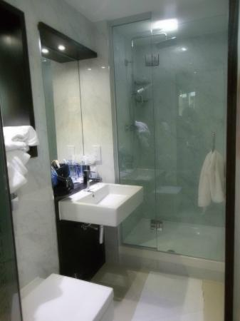 il mini bagno picture of doubletree by hilton london. Black Bedroom Furniture Sets. Home Design Ideas