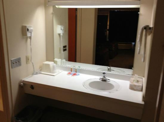 Econo Lodge: seperate area for sink/mirror