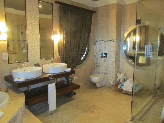 The Alexander: Big bathroom
