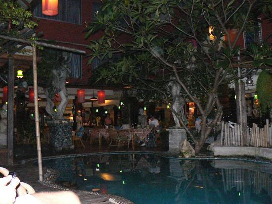 Villa Cha-Cha Banglumphu: Espace piscine restaurant