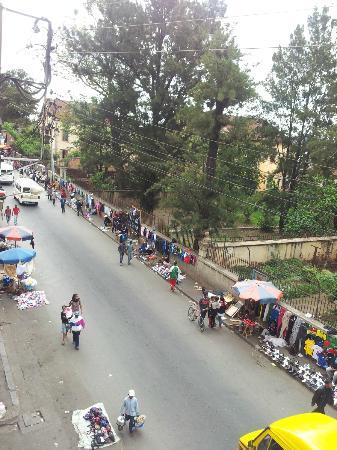 Hotel Tana Plazza: Streetside view