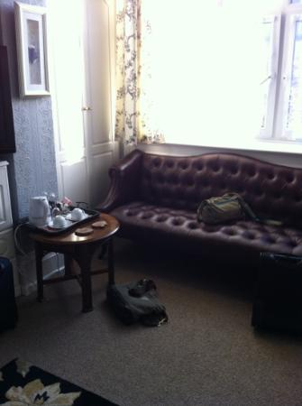 The Old Vic Guest House: settee to enjoy a cup of tea on !