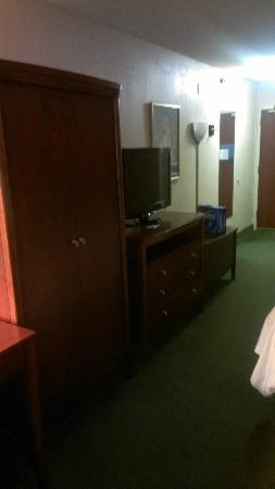 Hampton Inn Colorado Springs Airport: Tv dresser etc