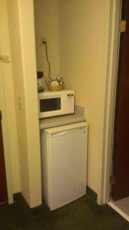 Hampton Inn Colorado Springs Airport: Microwave mini fridge