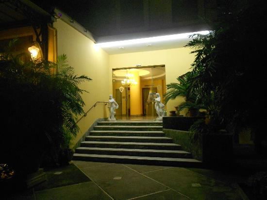 Hotel Zi Teresa: Entrance at night