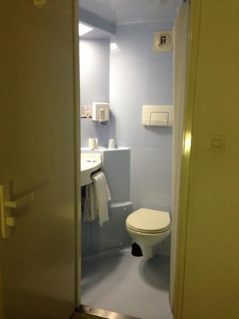 la cabine douche wc photo de h tel revotel nancy. Black Bedroom Furniture Sets. Home Design Ideas