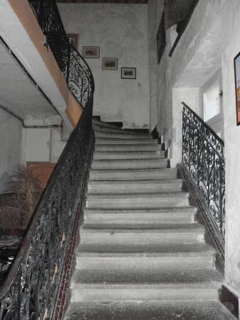 Chateau de Bardonenche: Main hall & stairway