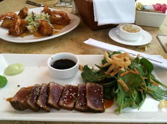 Tommy Bahama's Restaurant & Bar: Blackened Ahi Salad
