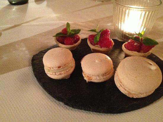 Domaine de Bournissac : Mignardises sucrées : Macarons à la vanille, tartelettes aux framboises