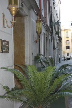 Kette Hotel: Entrée de l'hôtel