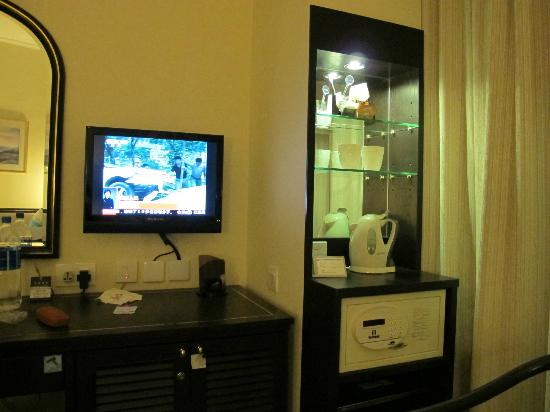 South Pacific Hotel: Small TV but good, also provided tea & coffee