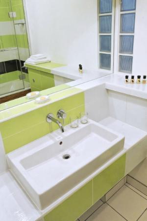 The Copper House - Portreath: Room 1 en suite bath/shower room