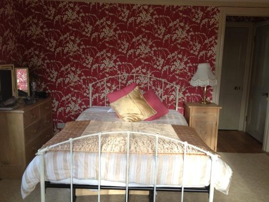 Rhododendron House B&B: beautiful bedroom with seaview