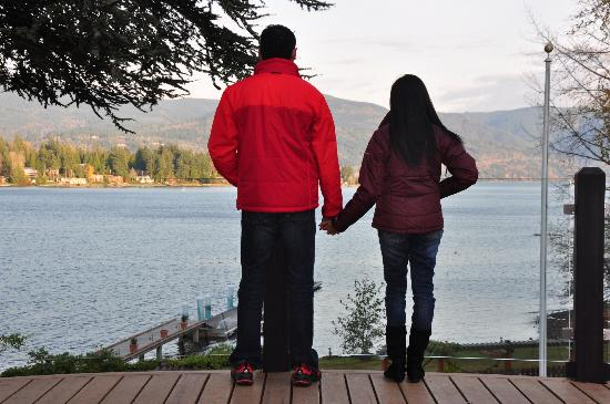 MoonDance Inn: couples admiring the lake view from the deck