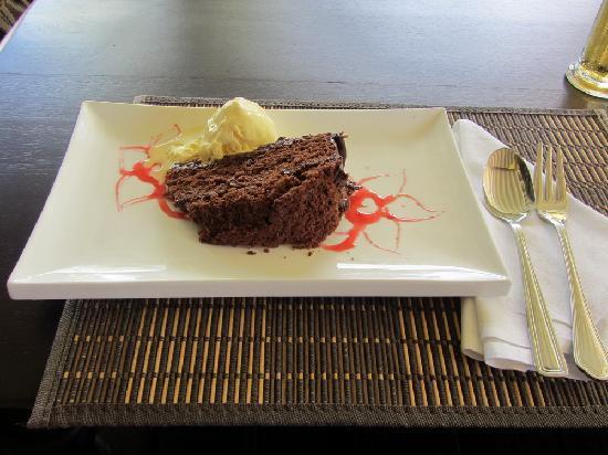 Ti Bananne Caribbean Bistro: TiBananne's sumptuous chocolate cake & banana icecream!