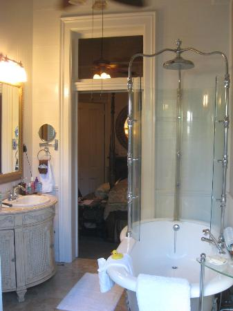 Honor Mansion, A Wine Country Resort: Wisteria Room bathroom