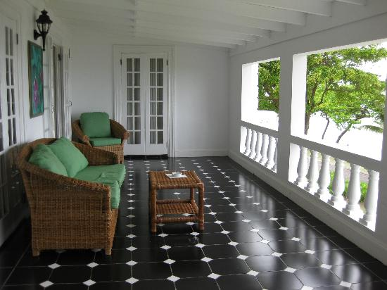 Half Moon: villa veranda, comfortable outdoor furniture