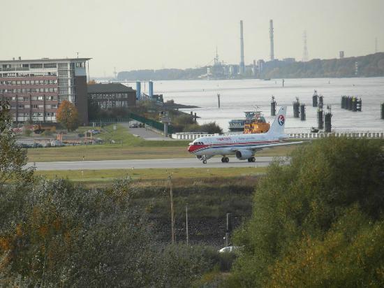 The Rilano Hotel Hamburg: Blick auf das Airbuswerk