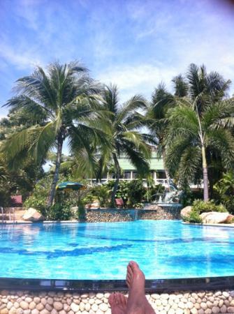Palm Island Hotel: vue la piscine, bungalows à l'arrière plan