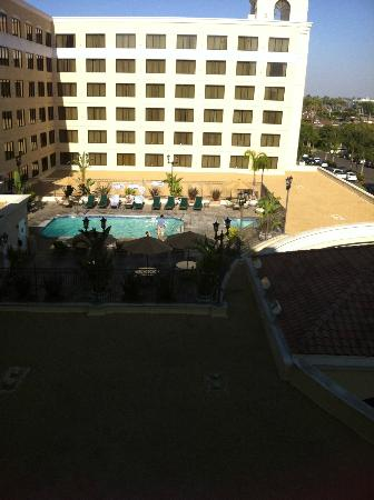 Doubletree Suites by Hilton Hotel Anaheim Resort - Convention  Center: Pool View from our room