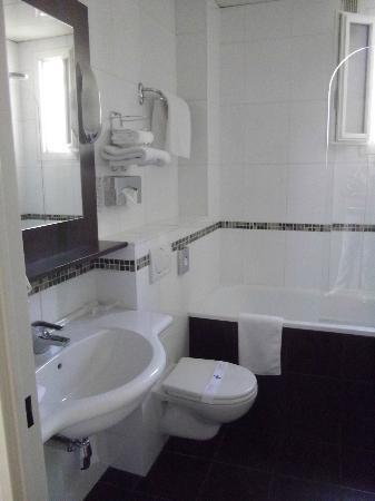 Hotel Acropole: salle de bain avec baignoire