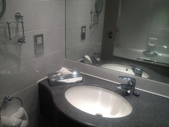 Sofitel London Gatwick: Our Bathroom