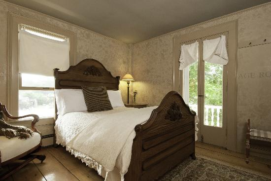 Golden Stage Inn Bed and Breakfast: The Old Stage Room has an antique full sized bed and private bath with shower.